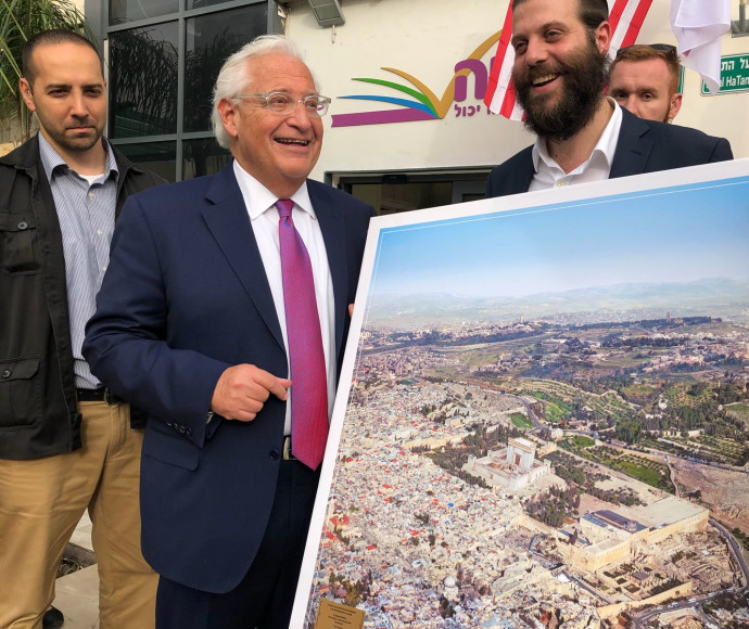 דיוויד פרידמן מקבל תמונה בה מוצג בית המקדש