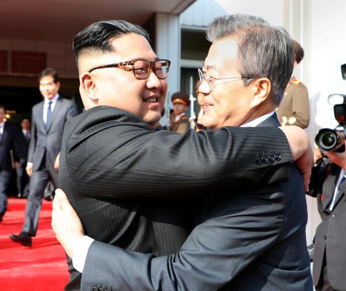 קים ג'ונג און ומון ג'יאה-אין מתחבקים