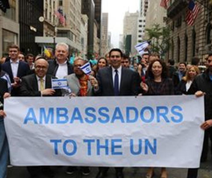 דנון והשגרירים צועדים בניו יורק