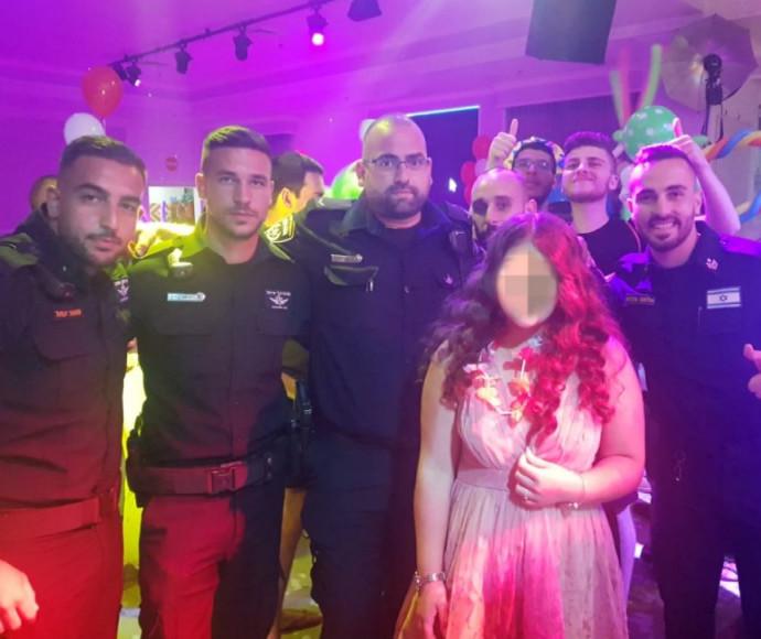 הנערה והשוטרים בחגיגת בת המצווה