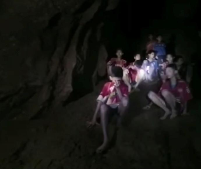 הנערים שנתקעו במערה בתאילנד