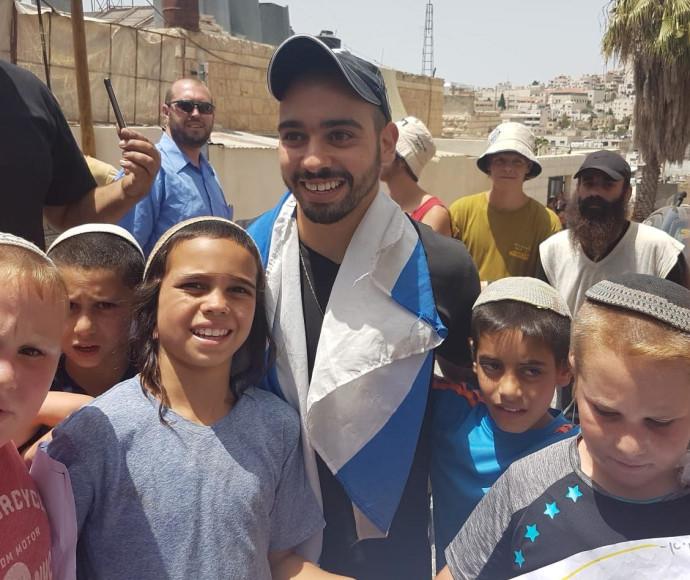 אלאור אזריה עם ילדי היישוב היהודי
