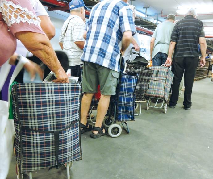 קשישים בחלוקת מזון
