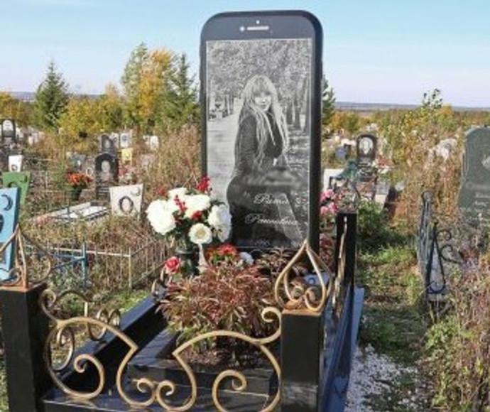 מצבת האייפון בבית קברות ברוסיה