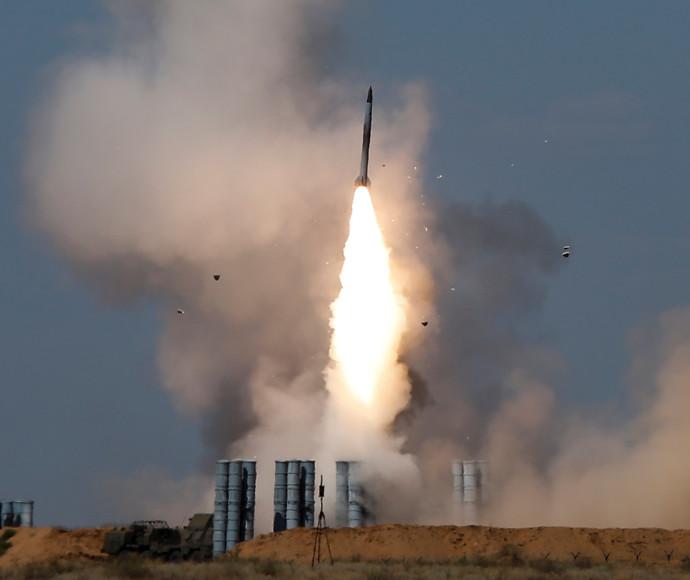 סוללת S-300 משגרת טיל
