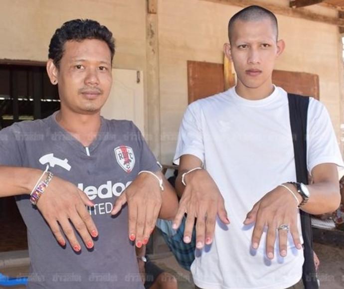 גברים בכפר בתאילנד שמים לק