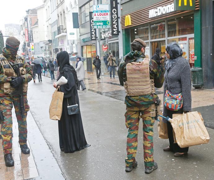 חיילים ברחובות פריז לאחר פיגוע