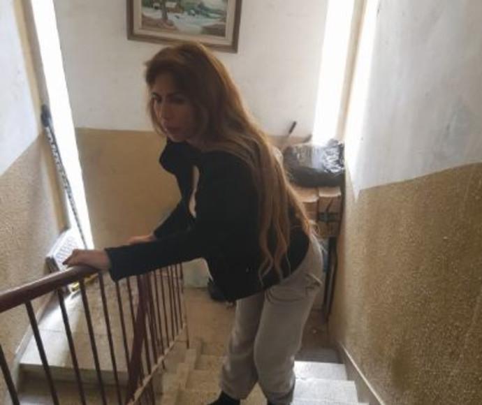 מירב מתקשה לטפס במדרגות