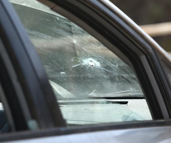רכב ישראלי שנפגע מירי של חיילים