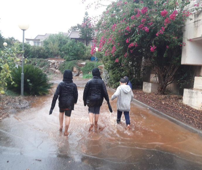 גשם בקיבוץ יפתח