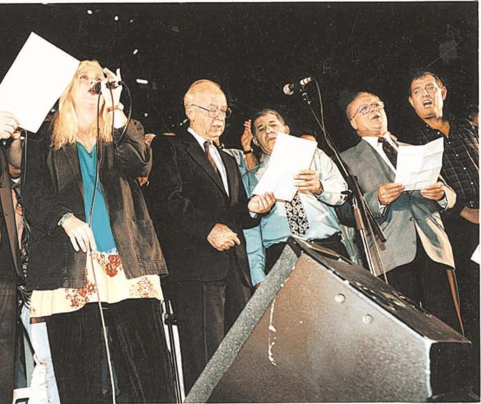 """יצחק רבין שר את """"שיר לשלום"""" בעצרת בה נרצח"""