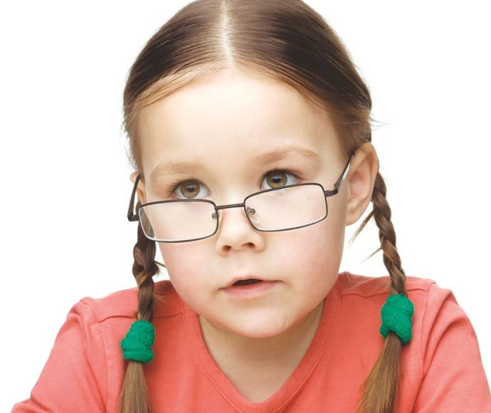 ילדה עם משקפיים