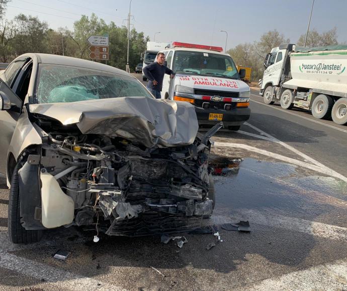 תאונה בין משאית לרכב פרטי בכביש 222 בדרום