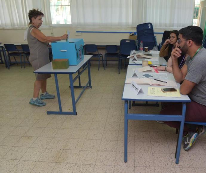 מצביעים לבחירות המקומיות