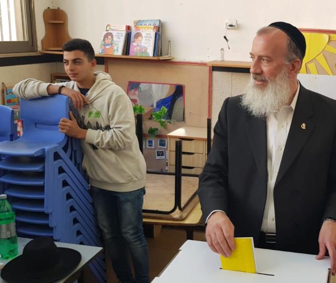 יוסי דייטש מצביע לבחירות המקומיות