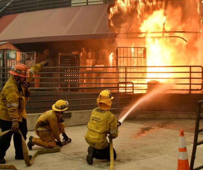הכבאים מנסים להשתלט על סניף דואר שעלה באש במליבו