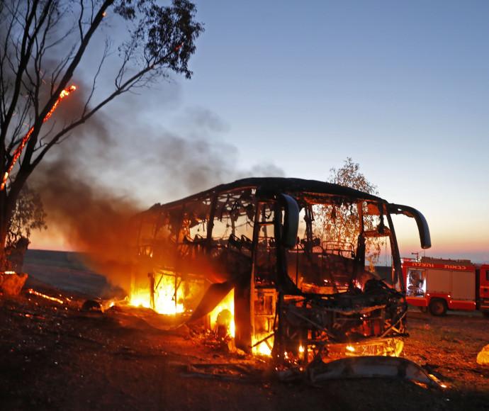 """האוטובוס שנפגע מטיל נ""""ט בעוטף עזה, צילום:AFP"""