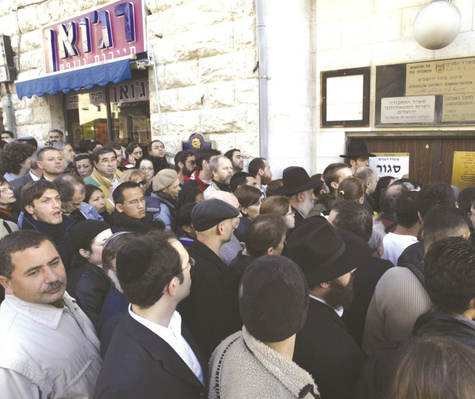 קהל צובא על סניף סגור של משרד הפנים