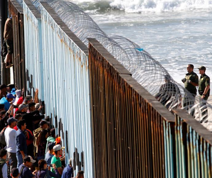 """מהגרים בגבול בין ארה""""ב למקסיקו"""