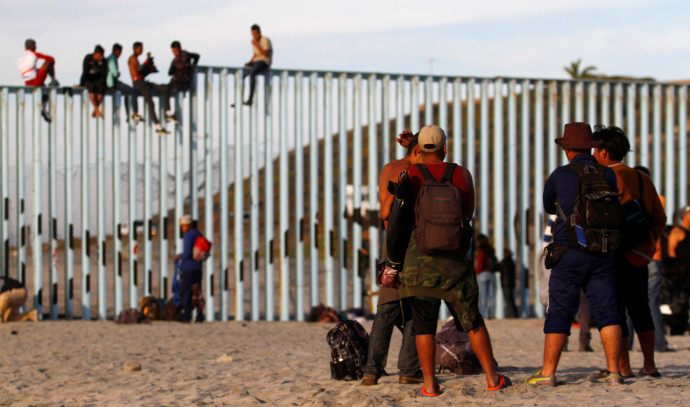 """מהגרים בגדר גבול מקסיקו-ארה""""ב"""