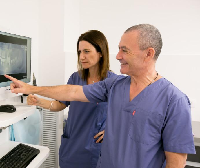 """איזו השתלת שיניים מתאימה לך? השתלות שיניים ביום אחד במרפאות ד""""ר יגאל בלן"""