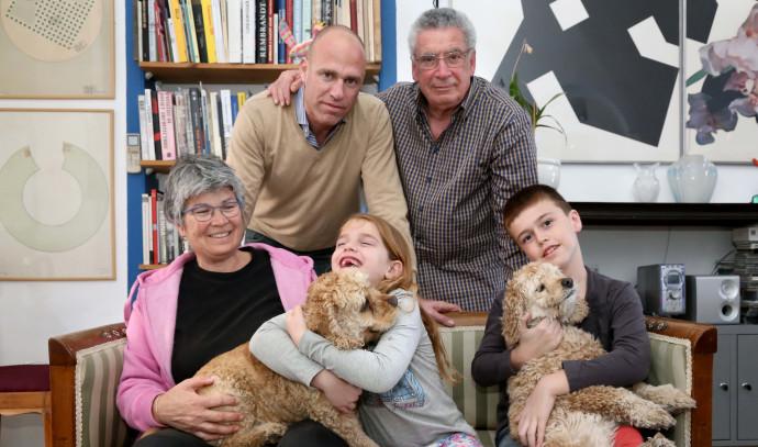 משפחת לב עם זוג הכלבים שלהם