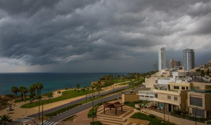 חורף, עננים כבדים בחוף בנתניה