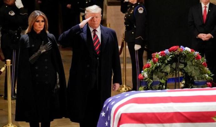 דונלד ומלניה טראמפ מול ארונו של בוש האב
