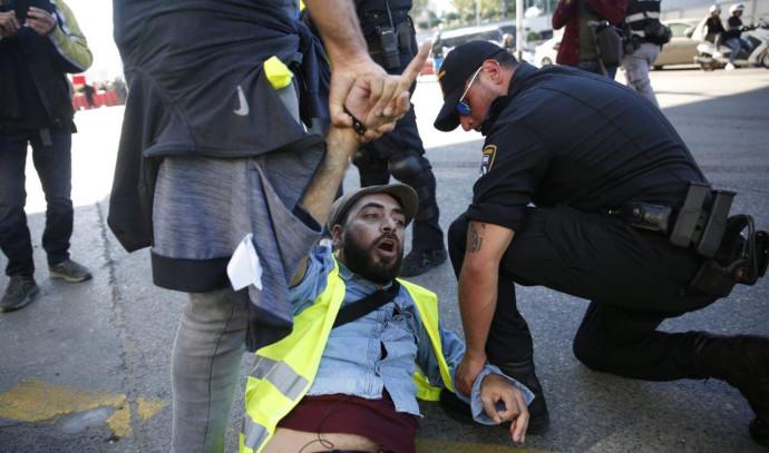 """המשטרה עוצרת פעיל במחאת """"האפודים הצהובים"""""""