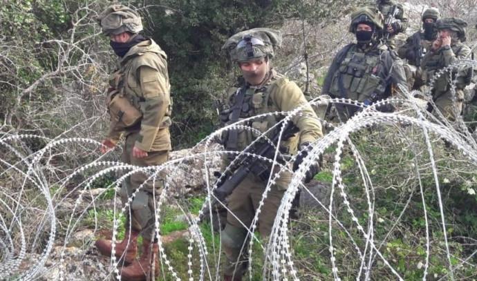 """חייל צה""""ל מניחים גדר תיל בגבול הצפון"""