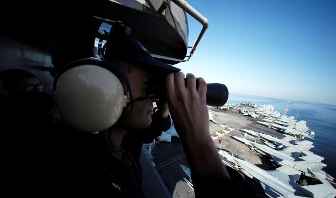 חייל אמריקאי מתצפת על נושאת מטוסים