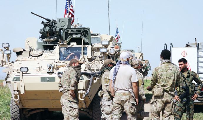 כוח אמריקאי ולוחם כורדי בסוריה