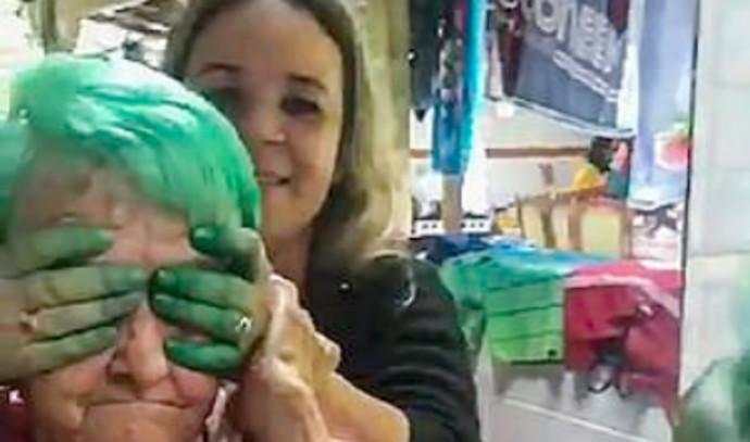 סבתא צבעה את השיער לראשונה בחייה