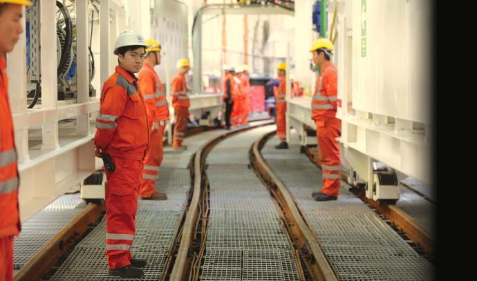 עובדים סינים בחפירות הרכבת הקלה בגוש דן