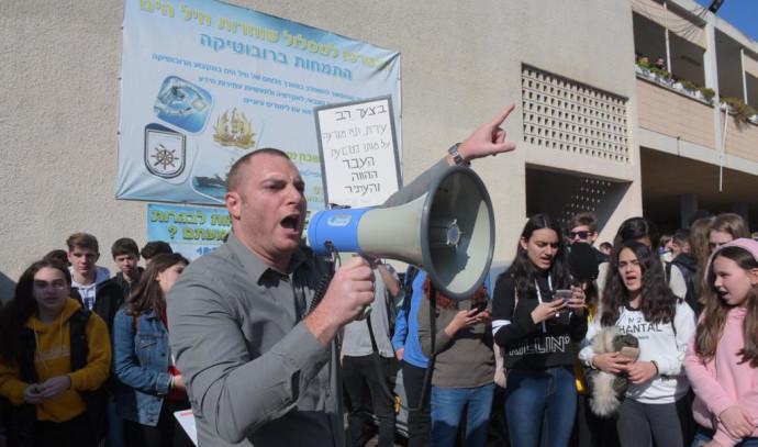 הפגנה נגד שינוי שמו של בית ספר עמל שבח מופת