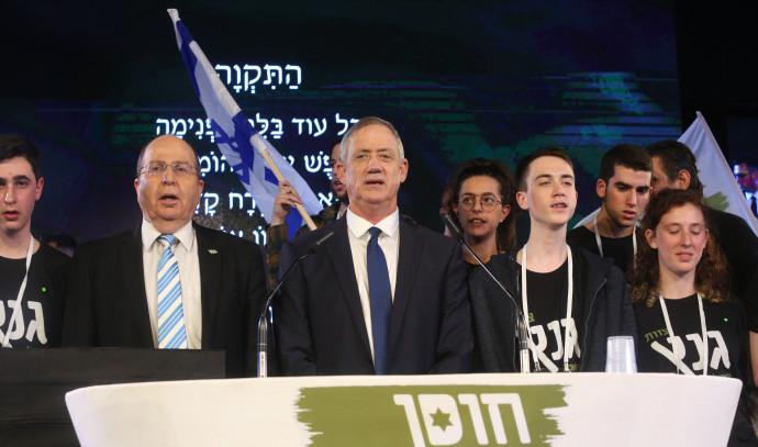 בני גנץ על הבמה עם משה יעלון