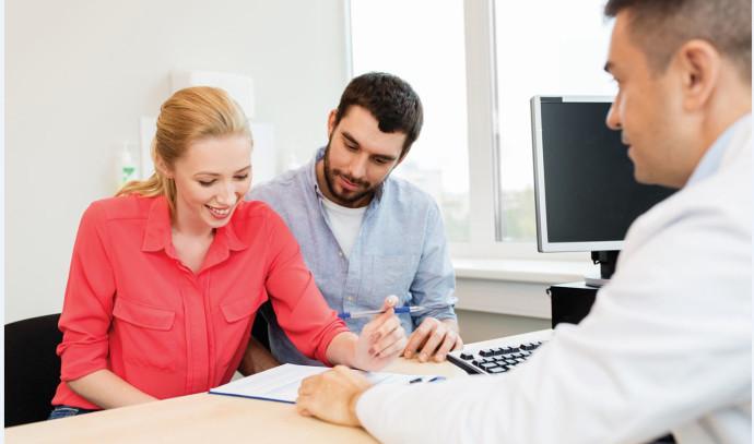 סוכן ביטוח בפגישה עם לקוחות