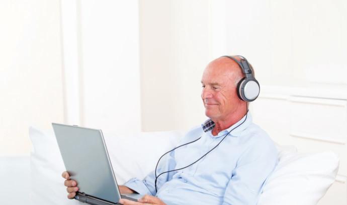 גבר מקשיב למוזיקה