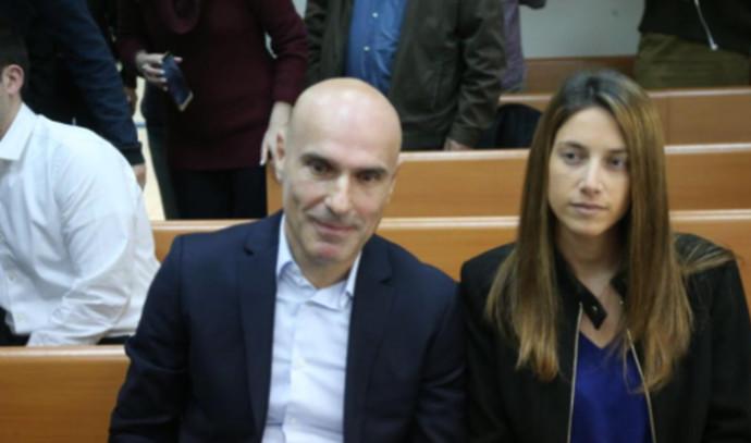 אפי נוה ובת זוגו בבית המשפט