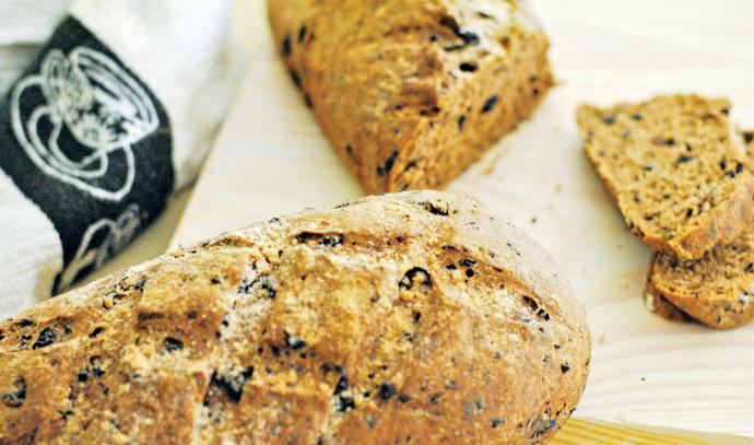 לחם כוסמין מלא עם זיתים