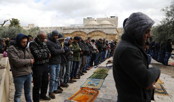 מתפללים מחוץ למסגד אל אקצה
