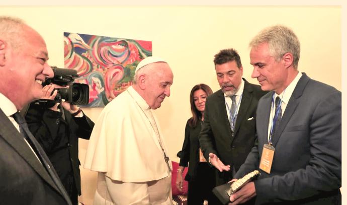 אביב גנון (מימין) והאפיפיור פרנציסקוס