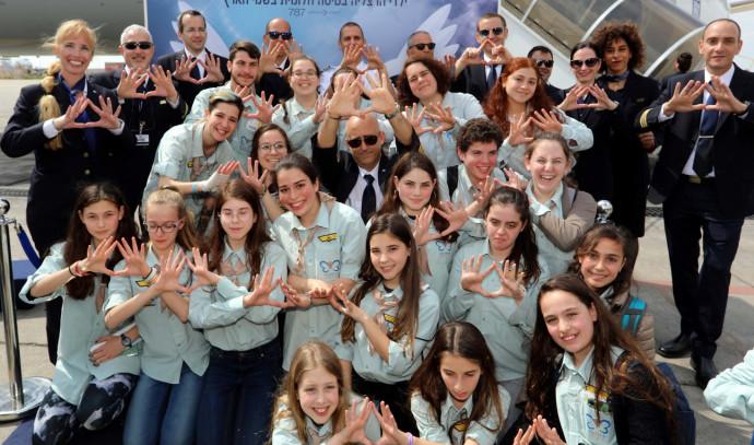 """צוות אוויר אל על ביחד עם ילדי תנועת הנוער """"כנפיים של קרמבו"""""""
