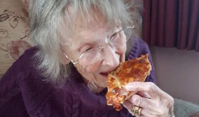 סבתא טעמה פיצה בפעם הראשונה