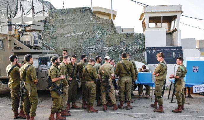 חיילים מצביעים בבסיס ליד גבול עזה