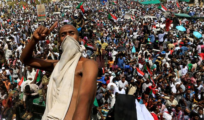 מפגין בסודאן כנגד ממשלת המעבר הצבאית עליה הוכרז לאחר הדחתו של הנשיא עומר אל-בשיר