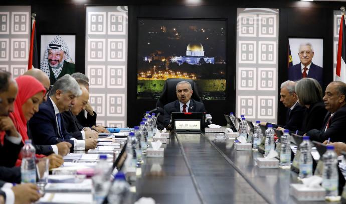 מוחמד אשתייה בישיבת הממשלה הפלסטינית