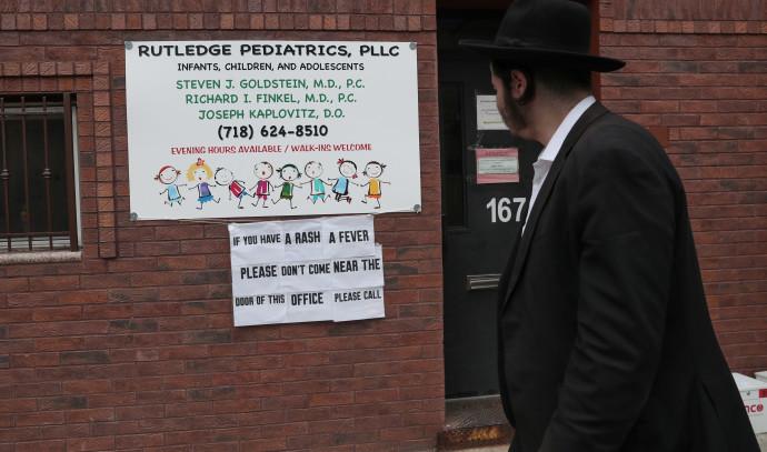 שלט המזהיר מפני חצבת בקהילה היהודית בברוקלין
