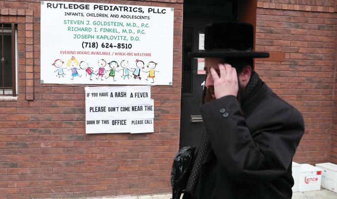 שירותי הבריאות של העיר סגרו גן ילדים חרדי באזור. שלט שמזהיר מפני חצבת בשכונה החרדית ויליאמסבורג בניו