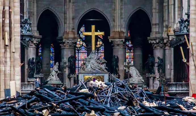 האבל לא צינן את המחאה. כנסיית הנוטרדאם לאחר השריפה, צילום: רויטרס